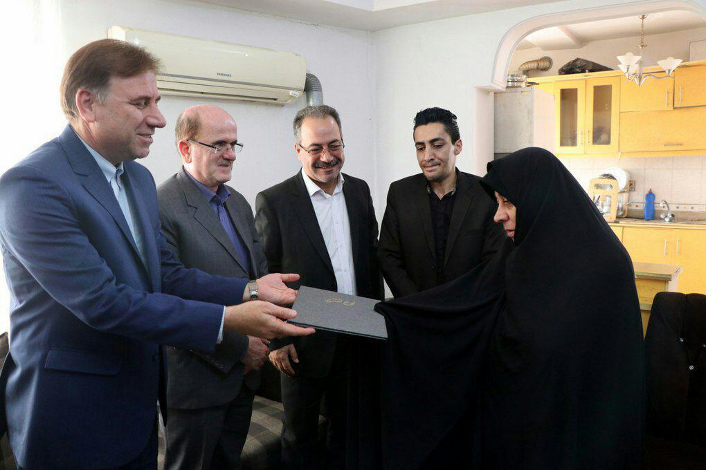 دیدار استاندار گیلان با خانواده شهید قهرمان حسین املاکی